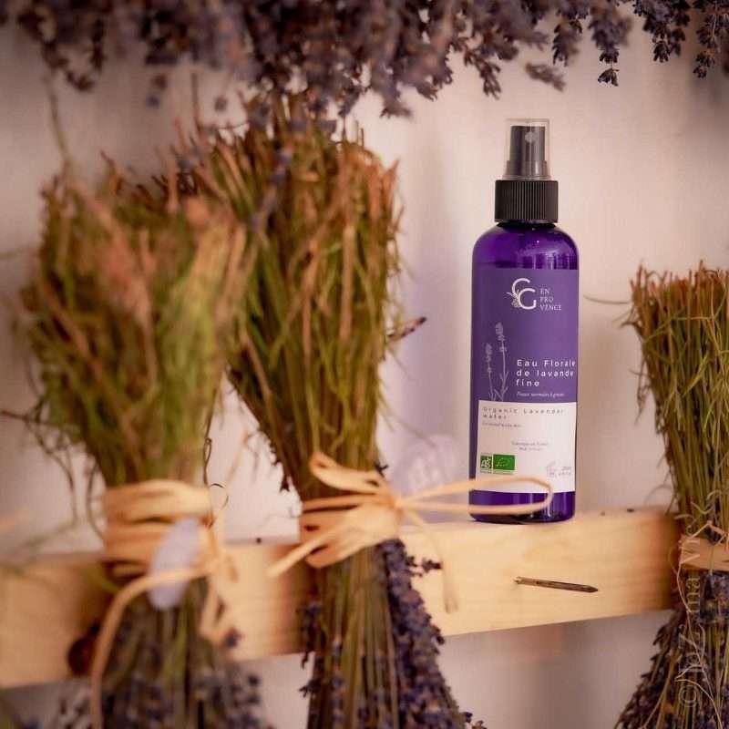 L'eau florale de lavande fine bio de Provence permet de se nettoyer la peau naturellement et en douceur pour soigner les peaux à tendance grasse