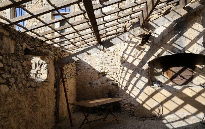 four à pain d'un château en Provence sur le plateau d'Albion un bijou du patrimoine français à sauver et restaurer avant qu'il ne s'effondre