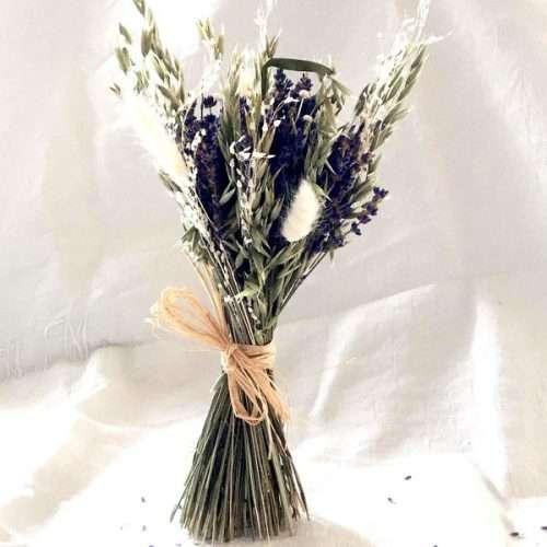 Composition florale avec des fleurs de lavande et des fleurs séchées blanches pour un mariage ou un cadeau original