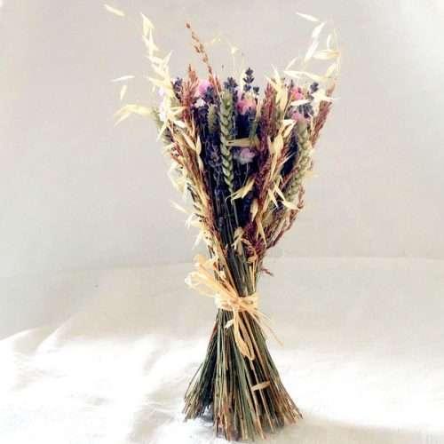 Fleurs séchées en bouquet avec de la lavande et de la couleur rose fabriqué à la main en Provence